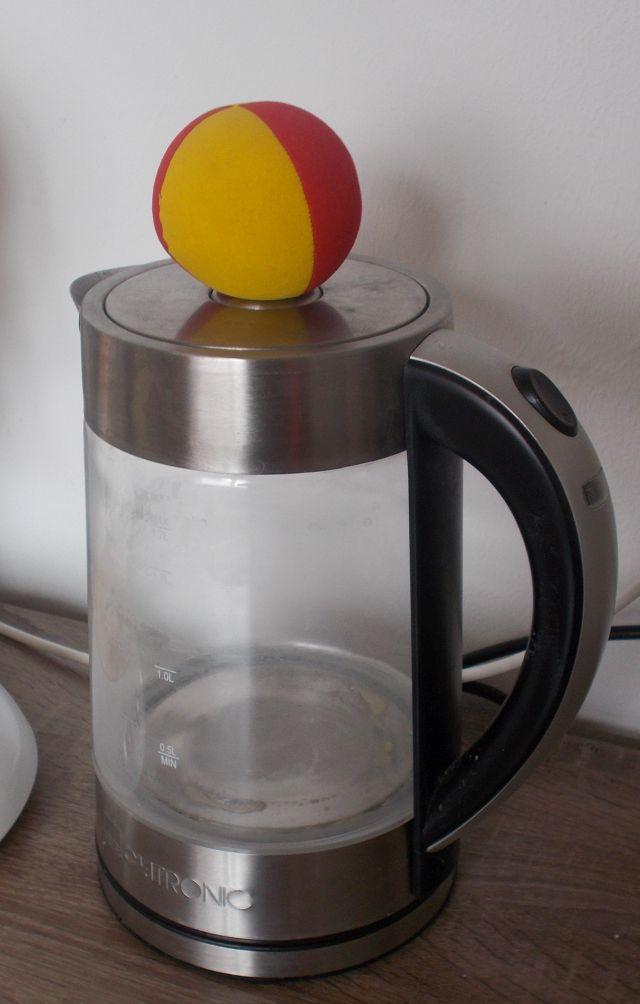 Jonglierball auf Wasserkocher